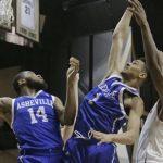 Jonathan Baehre rebounds