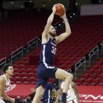 Jay Huff dunks